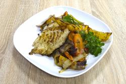 Grillezett halszelet sült zöldségekkel