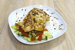 Grillezett csirkemell salátával és rizzsel