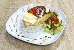Grillezett paradicsomos, fetasajtos, lilahagymás csirkemell, salátával és rizzsel